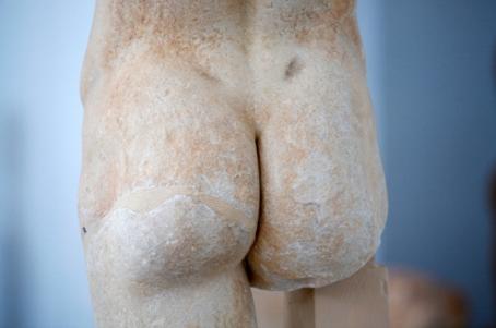 I antikens Grekland var nakenhet naturligt. Här är en naken grekisk staty-rumpa.