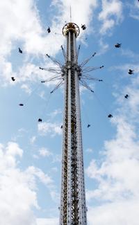 I två minuter svingas man runt det 121 meter höga tornet.Topphastigheten är 70 kilometer i timmen.
