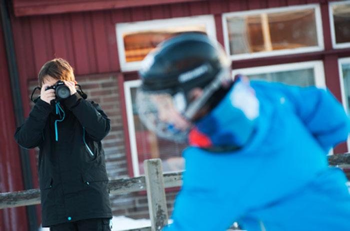 Anton Sundqvist och Elias Bergman tar actionbilder till sina sportreportage om ishockey och bowling.