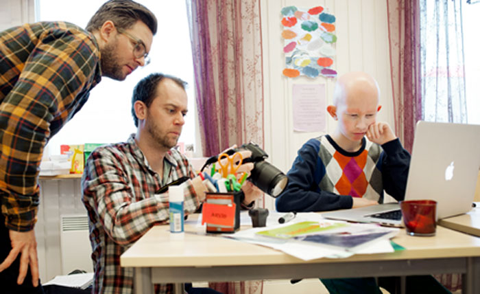 Per och Oskar fixar bilder tillsammans med Arvid Johansson.