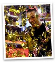 Liam Cacatian Thomassen i ett guldregn av confetti.