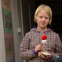 Daga, 9, med en nybyggd kompis.