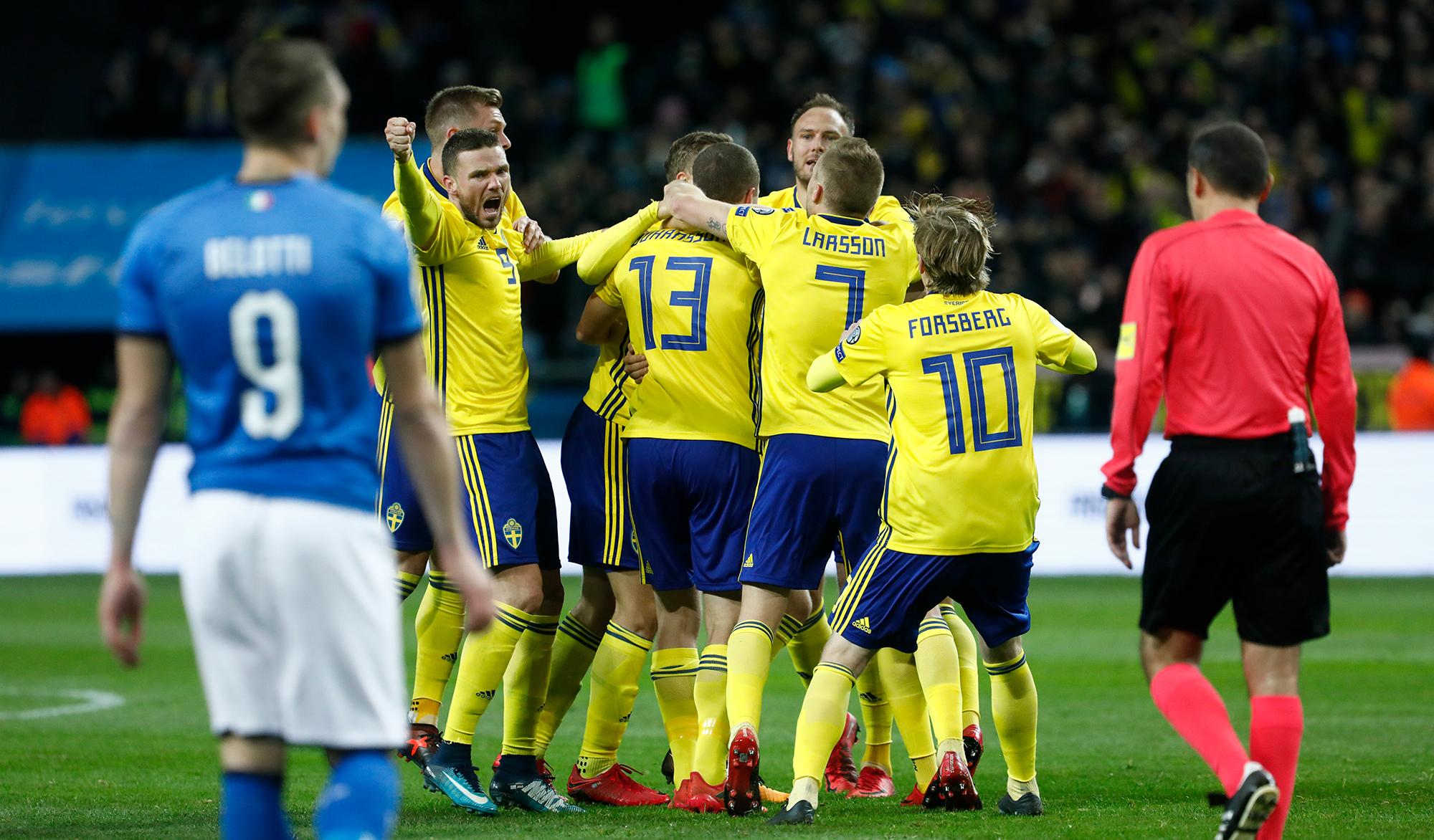 Sverige jublar efter Jakob Johanssons mål mot Italien i det avgörande VM-kvalet.