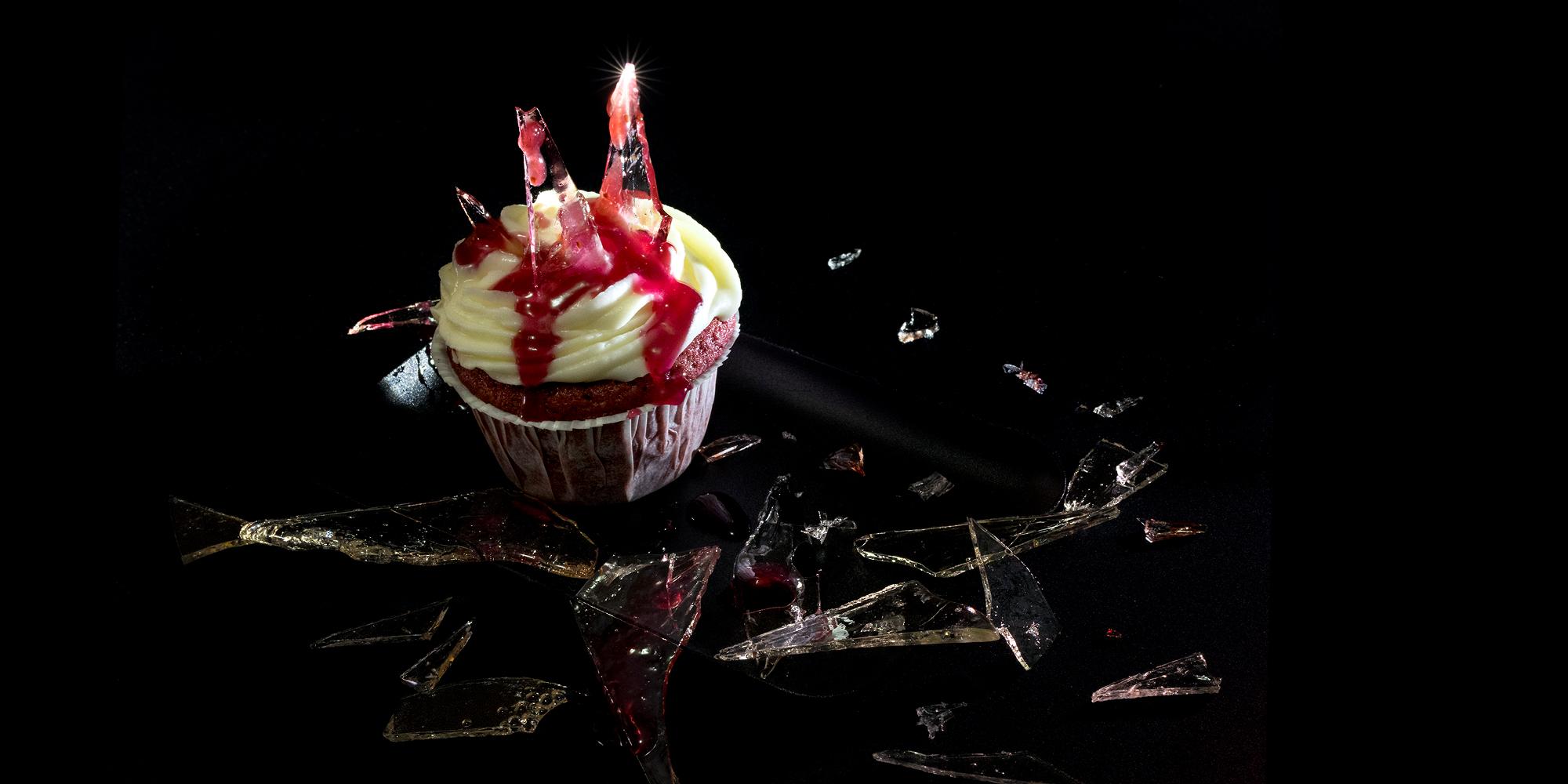 Blodig cupkace med krossat glas